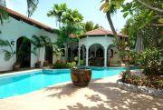 Private house with pool on Thepraya Road  Продажа в  Центральная Паттайя